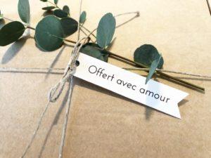 Etiquette Offert avec amour en papier kraft et papier blanc recyclé cadeaux