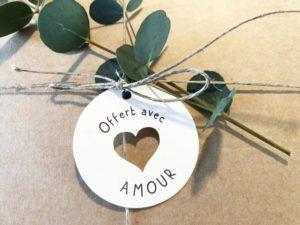 Etiquette Offert avec amour coeur découpé cadeaux