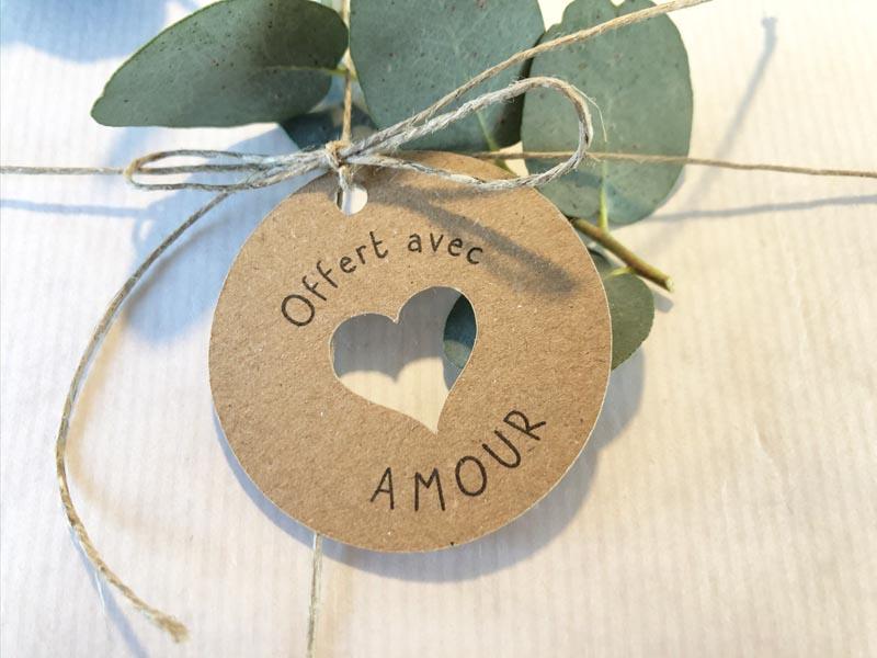 Etiquette Offert avec amour - coeur découpé cadeaux